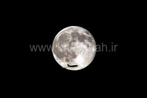 یک هواپیما از فرودگاه شهر سن حوزه از روبروی ماه می گذرد. عکس: محمد خیرخواه